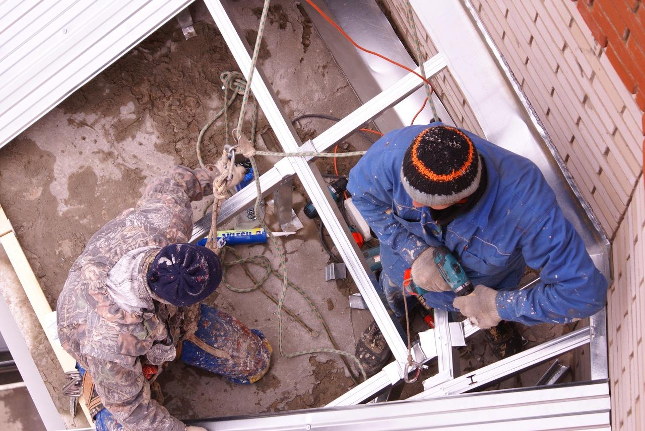 Монтаж козырька на балкон