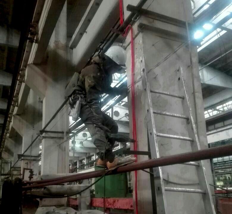 Прокладка кабеля на высоте промышленными альпинистами