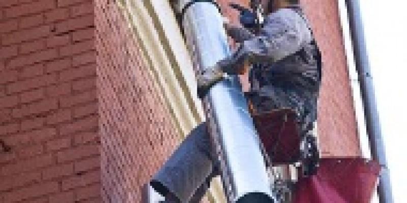 Ремонт водосточного желоба: чем опасен неисправный водосток?